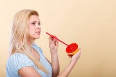 Сок женщины выпивая от плодоовощ, красного грейпфрута Стоковые Фото