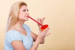 Сок женщины выпивая от плодоовощ, красного грейпфрута Стоковые Фотографии RF