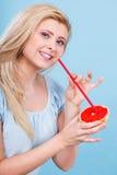 Сок женщины выпивая от плодоовощ, красного грейпфрута Стоковые Изображения RF