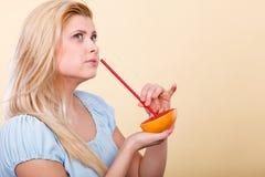 Сок женщины выпивая от плодоовощ, красного грейпфрута Стоковая Фотография