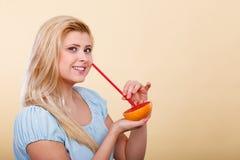 Сок женщины выпивая от плодоовощ, красного грейпфрута Стоковое Изображение