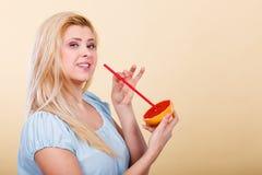 Сок женщины выпивая от плодоовощ, красного грейпфрута Стоковые Изображения