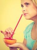 Сок женщины выпивая от плодоовощ, красного грейпфрута Стоковая Фотография RF