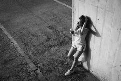 Сок и отдыхать вытрезвителя расслабленной sporty молодой женщины выпивая стоковая фотография
