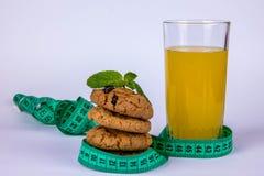 Сок и печенья и метр стоковые фото