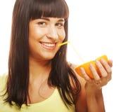 Сок красивой женщины выпивая с соломой Стоковые Изображения