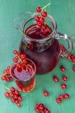 Сок красной смородины в стекле и carafe с плодоовощами стоковые изображения