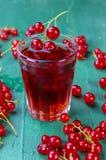 Сок красной смородины в стекле с плодоовощами на деревянной таблице стоковое фото rf
