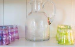 Сок может с красочными стеклами стоковые изображения