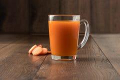 Сок моркови в стекле на деревянной предпосылке, конец-вверх Концепция здоровой еды, сырцового диетического питания, диеты стоковые изображения