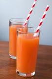 Сок моркови и куски моркови изолированные на белизне Стоковое Изображение