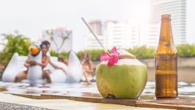 Сок напитка и кокоса выпивает при бутылка пива настроенная на t Стоковое Изображение RF