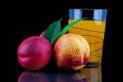 Сок персика в стекле на черной предпосылке Стоковые Изображения RF
