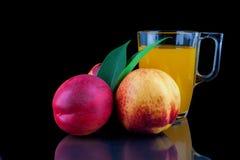 Сок персика в стекле на черной предпосылке Стоковая Фотография