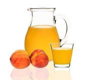 Сок персика в стекле и carafe Стоковые Фото