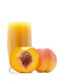 Сок персика в стекле при отрезанный персик близко изолированный на белизне Стоковое Изображение