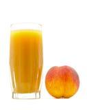 Сок персика в стекле с близко персика изолированном на белизне Стоковое Изображение RF