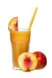 Сок персика в стекле с куском изолированных персика и соломы Стоковые Изображения RF