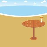 Сок питья одного стеклянный в пляже Стоковое Изображение