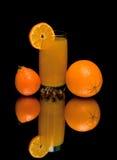 Сок, помераец и мандарин на черной предпосылке Стоковые Фотографии RF