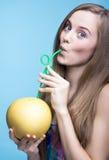 Сок помела красивой девушки выпивая через солому стоковое изображение rf