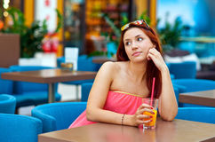 Сок привлекательной предназначенной для подростков девушки выпивая в баре Стоковая Фотография
