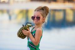 Сок ребенка выпивая в баре бассейна Стоковое Изображение