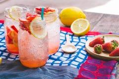 Сок соды сока и лимона клубники смешал с содой Добавьте flavo Стоковые Изображения RF