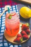 Сок соды сока и лимона клубники смешал с содой Добавьте flavo Стоковые Фото