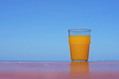 Сок сладкого апельсина на таблице Стоковая Фотография RF