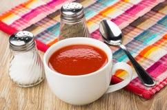 Сок томата в белой чашке, соли, перце, ложке Стоковые Изображения RF