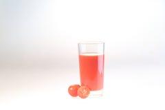 Сок томата в прозрачном стекле на белой предпосылке Стоковое Фото