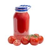 Сок томата в стеклянных опарнике и пуке томатов Стоковое фото RF