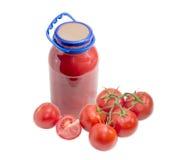 Сок томата в стеклянных опарнике и пуке томатов Стоковое Изображение