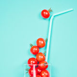 Сок томата или smoothie, томат вишни в стекле питья с соломой Стоковая Фотография