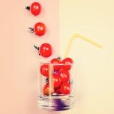 Сок томата или smoothie, томат вишни в стекле питья с соломой Стоковое Фото