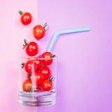 Сок томата или smoothie, томат вишни в стекле питья с соломой Стоковые Изображения RF