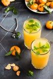 Сок Tangerine в стеклах на светлой предпосылке Стоковые Фотографии RF