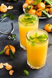Сок Tangerine в стеклах на светлой предпосылке Стоковое Изображение RF