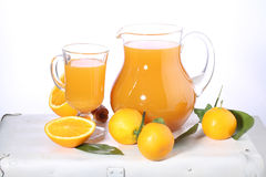 Сок Tangerine в ясном кувшине на белой предпосылке Стоковая Фотография