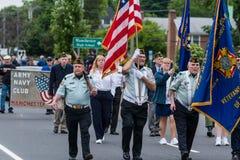 Солдаты ветерана пожилые старые одетые в форму в армии США все белые человеки идут в образование Стоковые Изображения RF