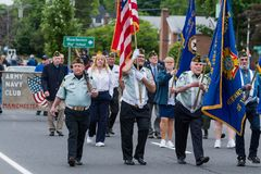 Солдаты ветерана пожилые старые одетые в форму в армии США все белые человеки идут в образование Стоковые Изображения