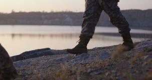 Солдаты идя озером видеоматериал