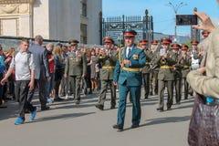Солдаты и оркестр маршируя в парк, редакционный стоковые изображения