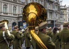 Солдаты маршируют с трубами во время парада 15-ое марта в Будапеште, Венгрии стоковые фото
