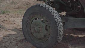 Солдаты раскрывают военный автомобиль оборудования Военная подготовка сток-видео