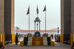 Солдаты стоя на мемориале AMAR JAWAN на СТРОБЕ ИНДИИ на ДЕЛИ в ИНДИИ стоковая фотография rf