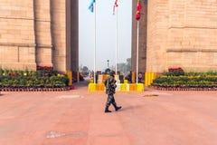 Солдаты стоя на мемориале AMAR JAWAN на СТРОБЕ ИНДИИ на ДЕЛИ в ИНДИИ стоковое фото
