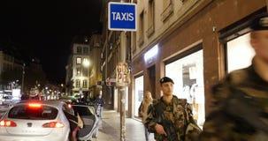 Солдаты с городом француза наблюдения винтовок акции видеоматериалы
