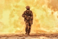 Солдат армии выходя сквозь отверстие поле брани покрыл пламя стоковое изображение rf